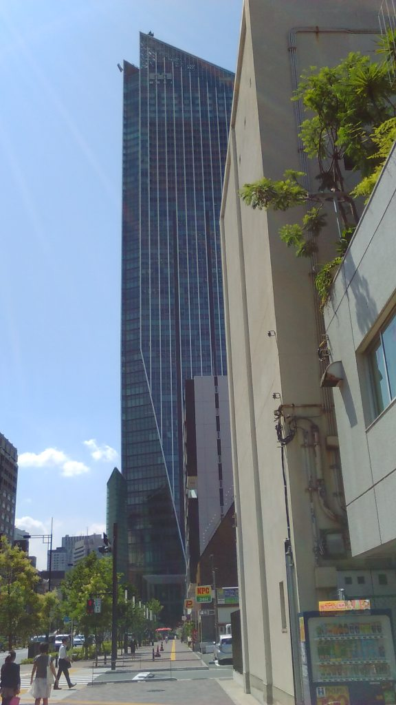 正面大きなビルが虎ノ門ヒルズ この通り沿いに、うどん屋はあります