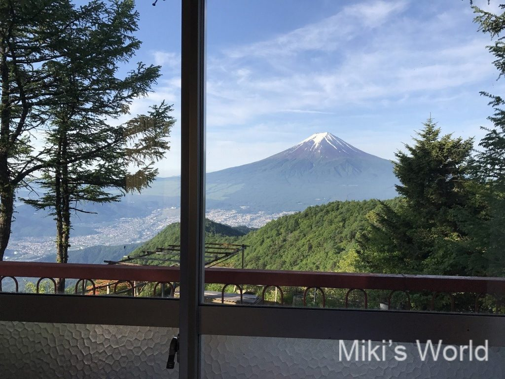 三つ峠山荘の部屋からの富士山