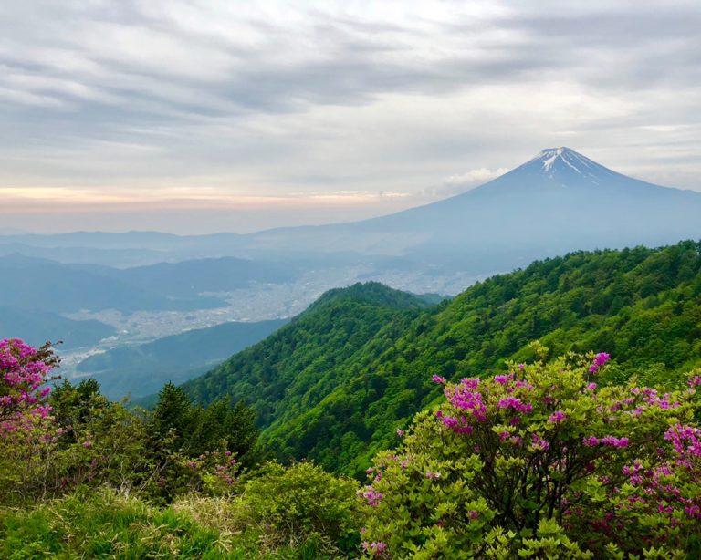 富士山が正面の三つ峠山荘宿泊 山荘オーナーと場所から自然界のシステムを学ぶ