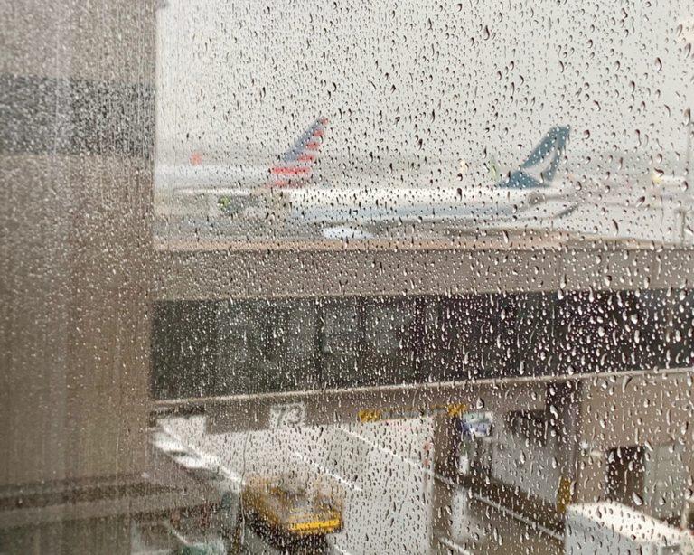 雨の日の海外旅行出発  注意点を考察