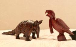 エクアドルのお土産 木彫りのアルマジロとカサドリ