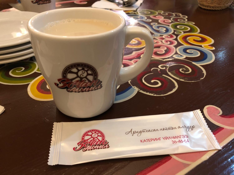 モンゴルの旅 塩バター茶と干しブドウジュース